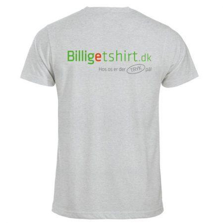 En klassisk herre T-shirt i vores bedste single jersey kvalitet - Med logo. B2B profiltøj med virksomhedens logo. Billigt og nemt! Hør mere på tlf. 70605700
